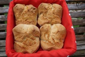 Jeden Samstag backt Heidi frisches Brot und Zopf. Auch auf Bestellung (Bestellungen für Samstagmorgen nehmen wir gerne bis Freitagmittag entgegen).