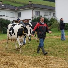 Stolzer Besitzer der Kuh Gemsli, die den 2. Platz in der Kategorie Kühe 2. Laktation belegte.