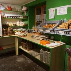 Auch weiterhin verkaufen wir jeden Samstag frisches Brot und Zöpfe.