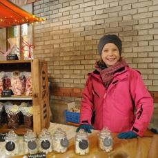 Julia an ihrem eigenen Verkaufsstand den sie zusammen mit Nina betreibt. Beide haben viel gebastelt für diesen Tag!