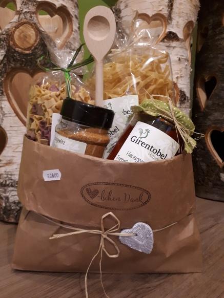 Geschenk Sack mit Teigwaren, Tomatensauce und Gewürz
